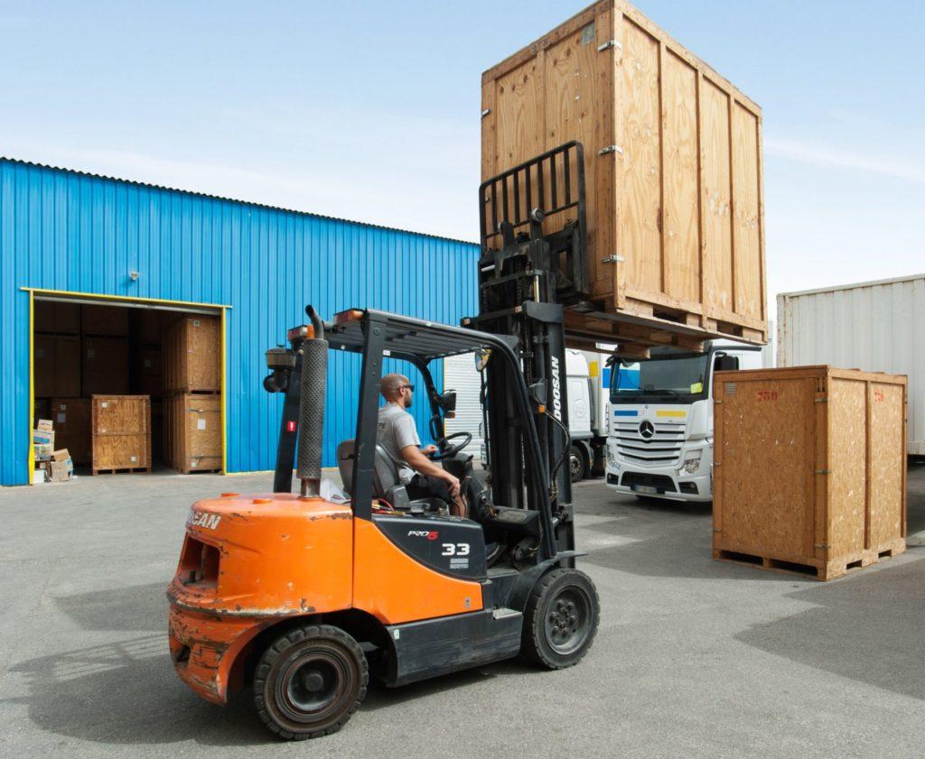 Déplacement d'une caisse de garde-meubles par Sanary Transport Déménagements